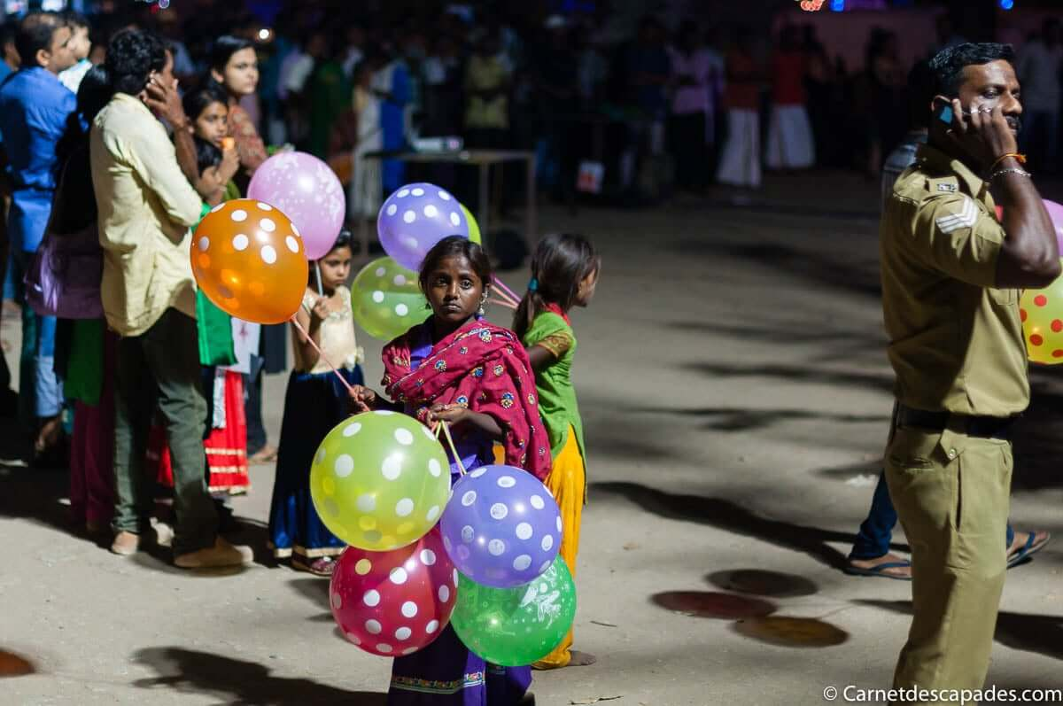 petite-fille-indienne-ballons-cochin