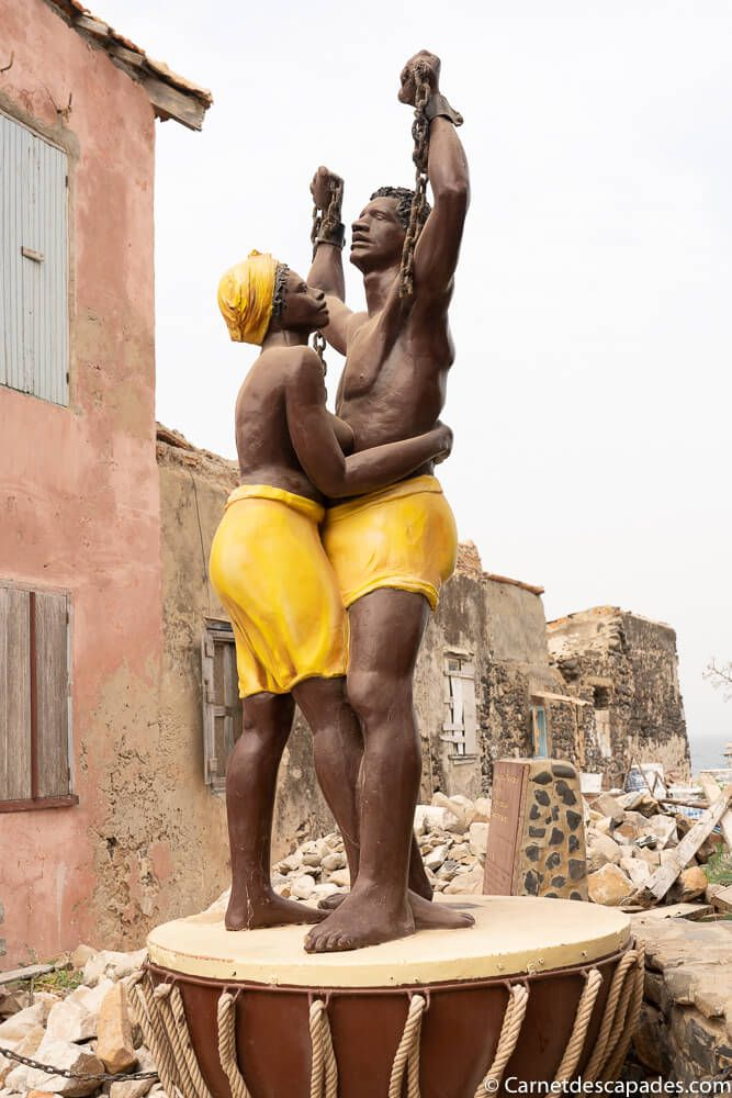statue-liberation-esclavage-goree